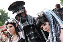 Besucher des Amphi-Festivals: da ist gut Schwitzen unter der Gasmaske. (Foto: Helmut Löwe)