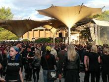 Der Tanzbrunnen: Auch bei Fans von düsteren Klänge beliebt - Anhänger der Schwarzen Szene pilgern im Sommer zum Amphi-Festival (Foto: Helmut Löwe)