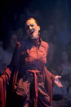 Experimentell angehaucht ist der Gesang von Zirkusdirektorin Anja Krips. (Foto: Cirque Bouffon)