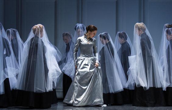 "Olesya Golovneva als ""Anna Bolena"" (mit Mitgliedern des Chors) - Foto: Klaus Lefebvre"