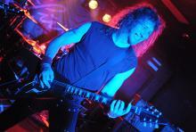 Lips von Anvil hat viel Spaß mit der Band und dem Publikum. (Foto: Helmut Löwe)