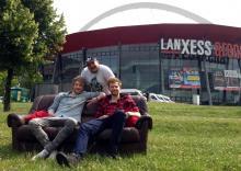 Die Kölner Youtuber ApeCrime machen es sich schon jetzt vor der Arena gemütlich. (Foto: Viola Niedenhoff)