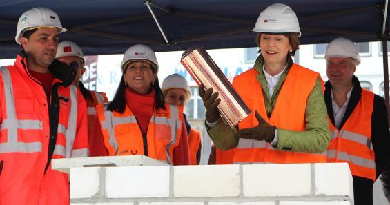 OB Henriette Reker hält die Messingplombe, die dann in den Grundstein gesetzt wird. Sie ist gefüllt mit Zeitdokumenten. Foto: Jürgen Schön