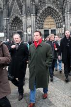 Arnold Schwarzenegger marschiert inmitten einer Medienmeute über die Domplatte. (Foto: Twentieth Century Fox)