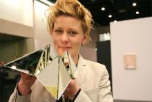 """Die Kölner Galeristin Charlotte Desaga spielt mit """"Himmel und Hölle"""" aus Spiegelglas. Foto: Jürgen Schön"""