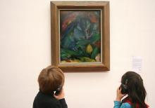 Der sechsjährige Paul (l.) lässt sich das blaue Wildschwein von Franz   Marc erklären. Auch Franziska (5) hört aufmerksam zu. (Foto: Jürgen Schön)
