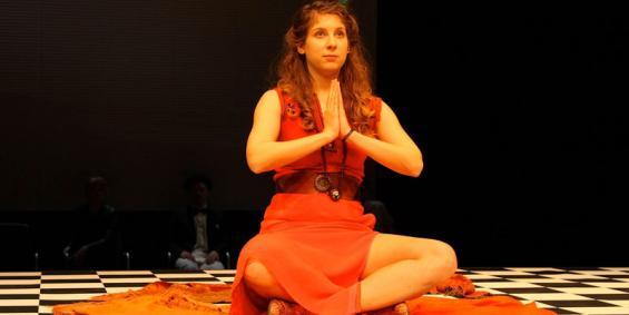 Ganz entspannt im Hier und Jetzt: Lena Geyer sucht Befreiung von den Ketten des Lebens durch Sex und Meditation. © Schauspiel Köln