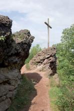 Am Gipfelkreuz angelangt: Zuvor geht es zwischen Lavafelsen hindurch. (Foto: Eddie Meier)