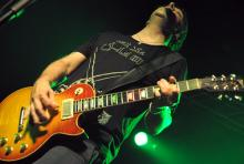 Brian Baker: sorgt neben Greg Hetson für die Bad-Religion-Gitarrenwand. (Foto: Helmut Löwe)