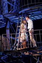 Verbotene Liebe: Tony und Maria auf der Feuerwehrleiter (Foto: BB Promotion)