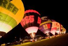 "Gänsehautfeeling: Ballone beim ""Nightglow"". (Foto: Achim Henn)"