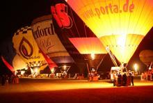 """Erhellt die Nacht vor dem Stadion: """"Nightglow""""der Ballone."""