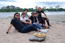 Am Rhein direkt am Jugendpark (v. li. n. re) Micha Hirsch (Hanak), Bastian Campmann (Kasalla), Oliver Niesen (Cat Ballou), Stefan Knittler, Dominik Schönenborn (C. B.) und Florian Peil (K.)
