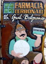 Typisch Deutsch? Apotheker in Lederhosen auf einer Reklametafel in Villa General Belgrano. (Foto: Sebastian A. Reichert)