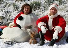 Bastian Pastewka im zu versteigernden Schneemannkostüm mit Kollege Christoph Maria Herbst