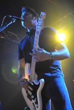 Gitarrist Ian D'Sa. Rockt wie nichts Gutes, trotzdem sitzt die 50er-Jahre-Frisur. (Foto: Helmut Löwe)