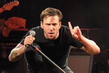 Ben Kowalewicz: Der Billy-Talent-Sänger verausgabt sich und reißt das Publikum mit. (Foto: Helmut Löwe)
