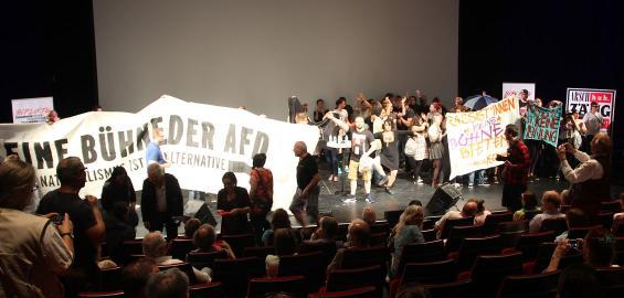 Vor der Diskussion mit AfD-Mitgründer Konrad Adam stürmte die Antifa die Bühne. Foto: Jürgen Schön