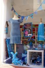 So wie dieses Fenster erstrahlen am 5. Juli 2013 viele Nippesser Schaufenster in Blau. (Foto: Bubble Bunt)