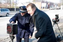 NRW-Innenminister Ralf Jäger beim Blitz-Marathon an einer mobilen Messtation. Foto: Ministerium für Inneres und Kommunales Nordrhein-Westfalen