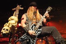 Zakk Wylde: wenn er auftritt, kommen gleich mehrere Gitarren zum Einsatz. (Foto: Helmut Löwe)