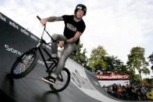In der Halfpipe zeigten die Biker waghalsige Stunts (Foto: Martin Terber)