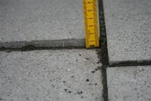 Stolperfallen: Bei einigen Bodenplatten muss nachgebessert werden. Foto: Jürgen Schön.