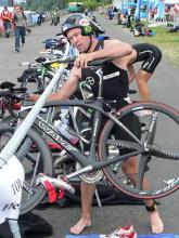 In der Wechselzone: Olaf Sabatschus beim Bonn Triathlon 2008. (Foto: Helmut Löwe)