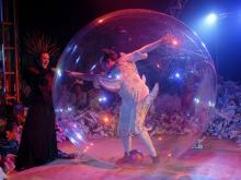 Zirkus-Direktor Fréderic Zipperlin in durchsichtiger Riesen-Kugel