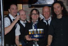 Zapften für den guten Zweck: Die fünf Kult-Rocker von brings. (Foto: Fabian Radix)