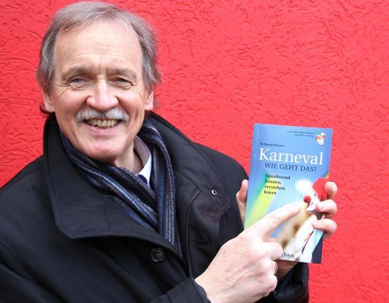 Hat ein Herz für Karneval und Karnevalisten: Wolfgang Oelsner und sein neues Buch. Foto: Jürgen Schön