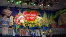 Kölsch-brasilianisch erstrahlt die neue Karnevals-Bühne im Großen Saal des Gürzenichs.