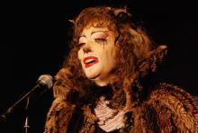 """Der wohl bekannteste Musical-Song: Chrissie Hammond als Grizabella singt """"Memory"""". (Foto: Helmut Löwe)"""