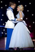 Im Tanzbrunnen finden sie zusmmen: Cinderella und ihr Prinz.