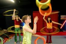 Hula Hoop-Reifen schwingen, Diabolo spielen oder Jongieren können die Kinder auf verschiedenen Zirkusfreizeiten (Foto: dapd)