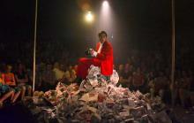 Clown Goos Meuwsen umgeben von Zeitungspapier. (Foto: Kölner Kulturbildarchiv)