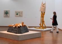 Im Museum Ludwig betrachten die Besucher recht außergewöhnliche Kunstobjekte. (Foto: Kerstin Bernards)
