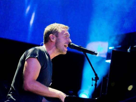 Chris Martin von Coldplay im E-Werk auf der Bühne. Foto: Rolf Vennenbernd  (dpa)
