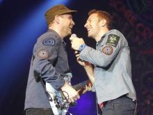 Jonny Buckland und Chris Martin (v.l.n.r.) mit viel Spaß auf der Bühne. (Foto: dapd)