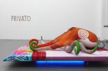 Inmitten der Ausstellung von Cosima von Bonin wird auf Techno getanzt. (Werk: Total Produce - Morality - von 2010)