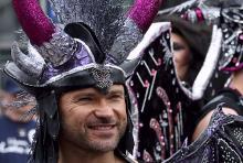 """""""Showgirl"""" mit Bart: ein Teilnehmer der Parade 2011. (Foto: Fabian Schmelcher)"""