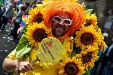 Bunte Verkleidung und politischer Protest gehören auf der CSD-Parade zusammen. (Foto: Wolfgang Heisel)