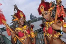 """Die CSD-Parade in Köln: Für die einen Demo unter dem Motto """"Stolz bewegt"""", für die anderen wie Karneval im Sommer. (Foto: ddp)"""