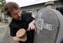 Und so sehen sie aus, die Qr-Codes, die Andreas Rosenkranz auf Grabsteine meißelt. (Foto: Roberto Pfeil/dapd)