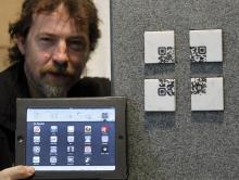 Um die Qr-Codes auszulesen, benötigt der Grabbesucher einen passenden Reader. (Foto: Roberto Pfeil/dapd)