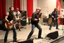 AC/DC-Rock im Frauenknast: Die Bonner Dirty Deeds in der Kölner JVA Ossendorf. (Foto: S. Gaul, bonnaparte.de)