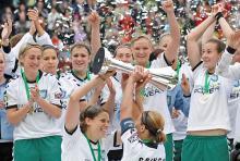 """Jubel über den Gewinn des """"Pottes"""": Zum dritten Mal wurden die Fußballdamen des FCR Duisburg 2010 DFB-Pokalsieger. (Foto: ddp)"""