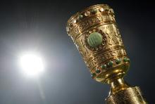 Der begehrte Metallkelch: seit 1965 wird der DFB-Pokal in seiner jetzigen Form vergeben. (Foto: dapd)