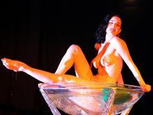 Dita von Teese im Champagnerglas Foto: dapd