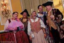 Männer in Männerkleidung, Männer in Frauenkleidung: die Kostümprobe der Bühnenspielgemeinschaft Cäcilia Wolkenburg. (Foto: Helmut Löwe)